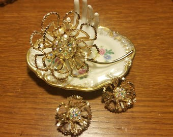 Sara Coventry gold tone daisy brooch/flower brooch set with aurora borelis stones mod/boho chic