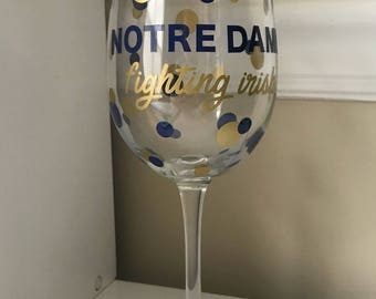 Wine Glass (18.5 oz) - Notre Dame Fighting Irish w/ Polka Dots