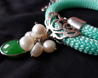 Collar with green jade pendant and pearls