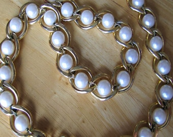 Vintage Coro White Pearl and Goldtone Necklace 18 Inches