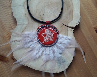 Necklace pink large cabochon of red clay and feathers.