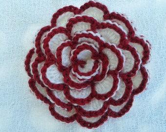grande fleur au crochet appliqué façon camélia