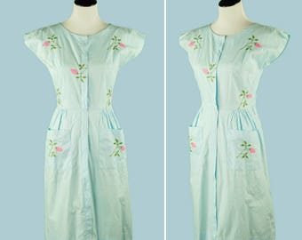 1950s Embroidered House Dress - 50's Dress - Light Blue With Pink Roses - Zip Front - Two Front Pockets