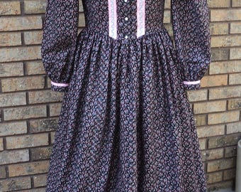 """Sz 20 (bust 43-44""""waist 35-36"""")Ladies' pioneer Calico Wild West"""" Little House"""" Cotton black/pink floral Calico dress -READY-TO-SHIP-Caroline"""