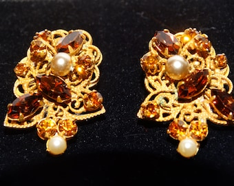 Vintage gold tone Rhinestone Pearl clip-on Earrings.