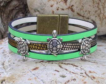 Three turtles wide leather bracelet with magnetic clasp.