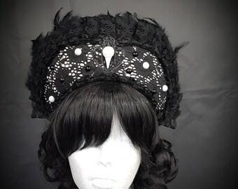 Gothic Ravenskull Kokoshnik in black & white Frenchhood mit Rabenschädel und Federborte