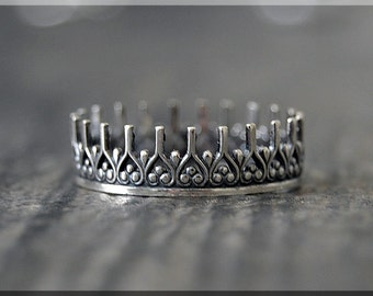 Winterfell Crown Ring, Sterling Silver Stacking Ring, Silver Crown Ring, Royal Crown Ring, Kings Crown Stacking Ring, Delicate ring