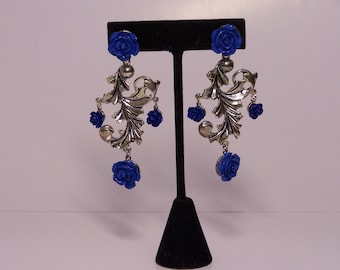 Silver-colored earrings with blue flowers
