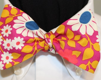70s Style! FLOWER POWER, Fabulous floral pattern cut wide 70s in hot colors, for groovy people everywhere