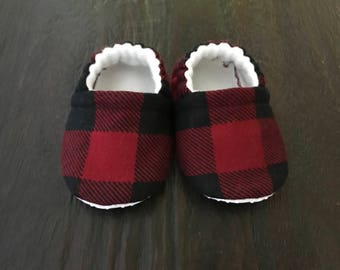 Red buffalo plaid baby booties // Red buffalo plaid baby crib shoes