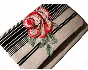 sac de cérémonie à broderie florale traitée façon mosaïque sur lin rayé  écru et noir, à rabat et bandoulière  Broderie main