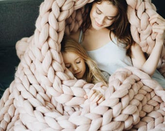 Organic merino wool chunky knit blanket. Arm knitted from soft, anti-allergic and premium quality merino wool.