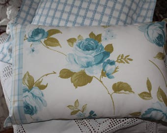 Great pillow cover / romantic / blue and white English roses