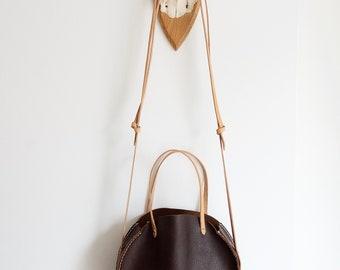 Kreisförmige braun ledergeldbörse / / Crossbody-Tasche aus dunkelbraunem Leder