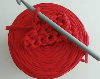 1 roll of scarlet red trapilho, 700 gr crochet 8.  REF.174