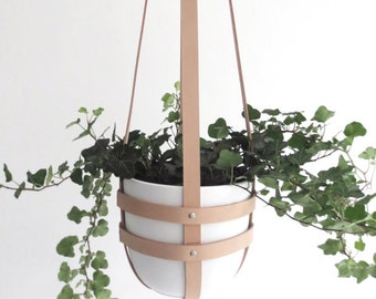 Modern hanging plant holder in natural leather, ceiling planter, minimalist plant hanger, vegetable tanned leather incl. white plastic pot