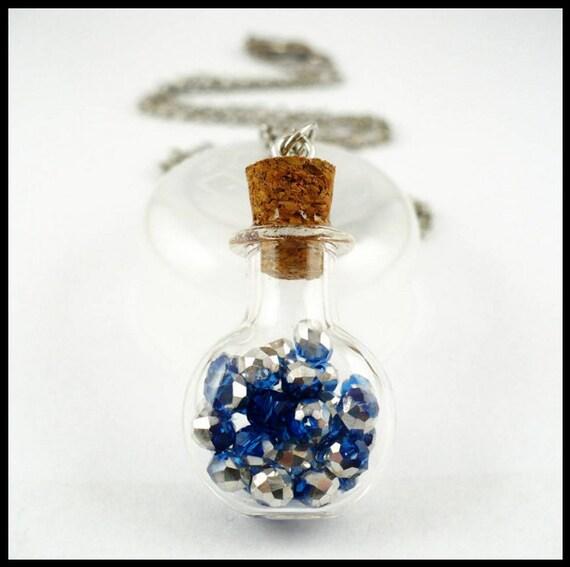 petite bouteille en verre pendentif avec cristaux bleu et. Black Bedroom Furniture Sets. Home Design Ideas