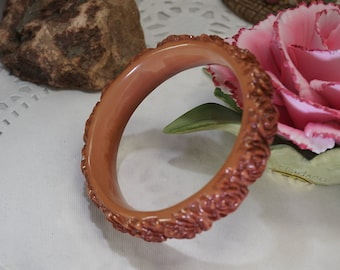 Vintage Jewelry Deeply Carved Molded Tan Floral Lucite Bangle Bracelet