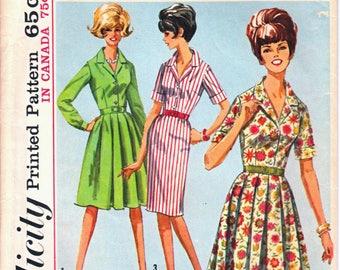 Robe chemisier classique de simplicité 5877 femme avec jupe droite ou une jupe plissée un patron de couture «How-To-cousez» taille 18 années 1960