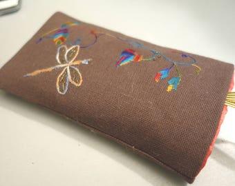 Etui à lunettes brodé main, soie sur lin taupe, libellule et papillons