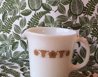 Adorable mid century Pyrex Corning Creamer in the Butterfly Gold Pattern. Made in Corning, NY USA.