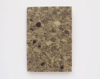 A6 sewn notebook with hand-drawn cover | Caderno A6 com desenho da capa feito à mão, lombada cosida