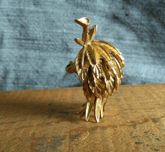 Cool, unusual vintage Lisner gold pineapple or strawberry leaf brooch sculptural