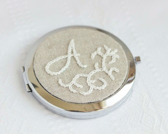Monogrammed Compact mirror, hand embroidered wedding favor, bridesmaids gift i016