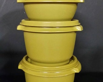 Vintage tupperware Servalier bowls  with lids. Set of 3