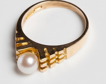 Beautiful Pearl Ring with Unique Gold Detail