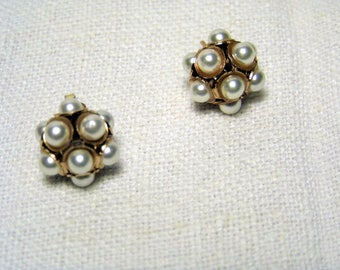 Lobe earrings with antique style pearl boules