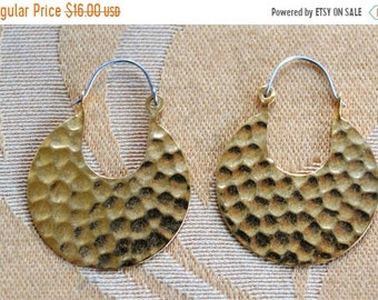On sale Pretty Vintage Gold tone Hammered Disc Pierced Earrings (AM2)