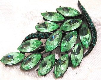 Vintage Green Rhinestone Leaf Shaped Brooch with Stones Set in Japanned Metal (J4)