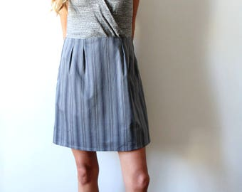 Wrap dress mesh and lace with an opening in the back. gray color