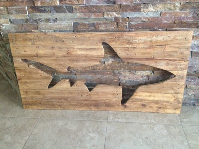 Distressed wooden shark pallet wall art wood surf decor for Requin decoration