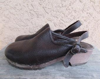 Dark Brown Pebbled Leather Clogs, wood Heel Clogs, Sandals Slingbacks Shoes Eddie Baeur 1990s 90s Minimalist Size 9 40 Euro