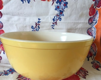 Pyrex pale yellow #403 2 1/2 qt. Nesting bowl