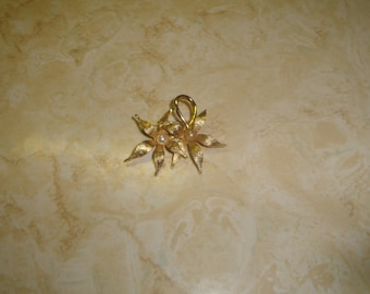 vintage pin brooch goldtone double flower faux pearls