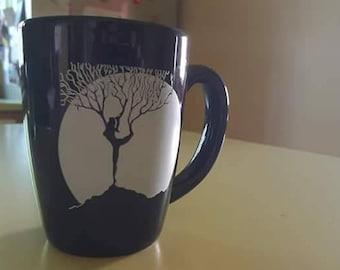 Femme en posture de l'arbre 13 oz tasse