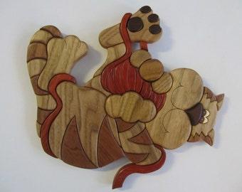 Intarsia cat with yarn