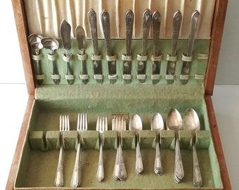 WM ROGERS A-1 Silver Plate silverware set in Org. Wood Box, Daffodil, stripe pattern