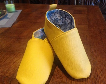 Ballet shoe in imitation leather.