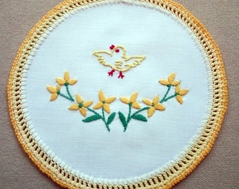 Embroidered floral doily with Easter motifs (chicken) (EASTER-DOILY-310)