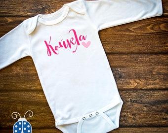 Koukla Bodysuit Greek Baby Greek Girl Doll Shirt κουκλα κορίτσι κοριτσι Birthday Gift Baby Shower Gift Greek Greek Kids Tee
