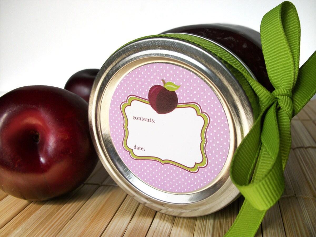 Linda ciruela enlatado jar etiquetas alrededor de etiquetas