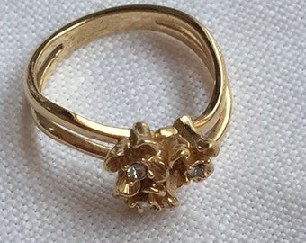Goldtone vintage ring with gold tone flowers
