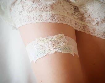 Off White lace garter, pastel bridal garter, wedding garter, lace garter, bow applique