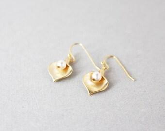 Gold leaf earrings - pearl earrings - dainty earrings