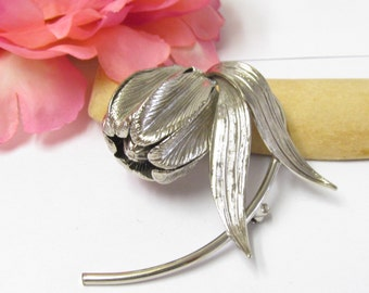 Vintage Budding Flower Ladies Brooch/Pin Gorgeous Setting Featuring A Textured Silver tone Base Unique Piece Excellent Condition
